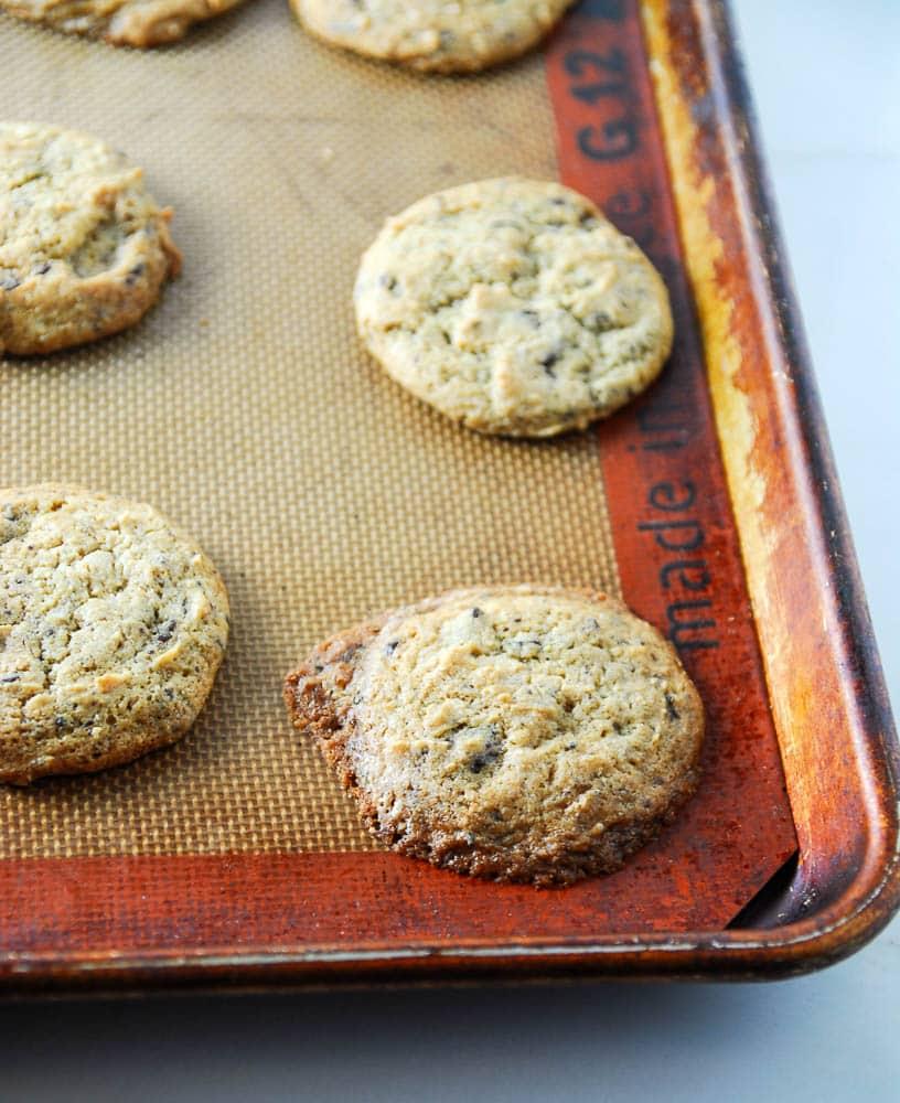 Vegan Peanut Butter Dark Chocolate Chunk Cookies remind @thefrostedvegan of springtime. Celebrate the new season with this vegan cookie recipe!