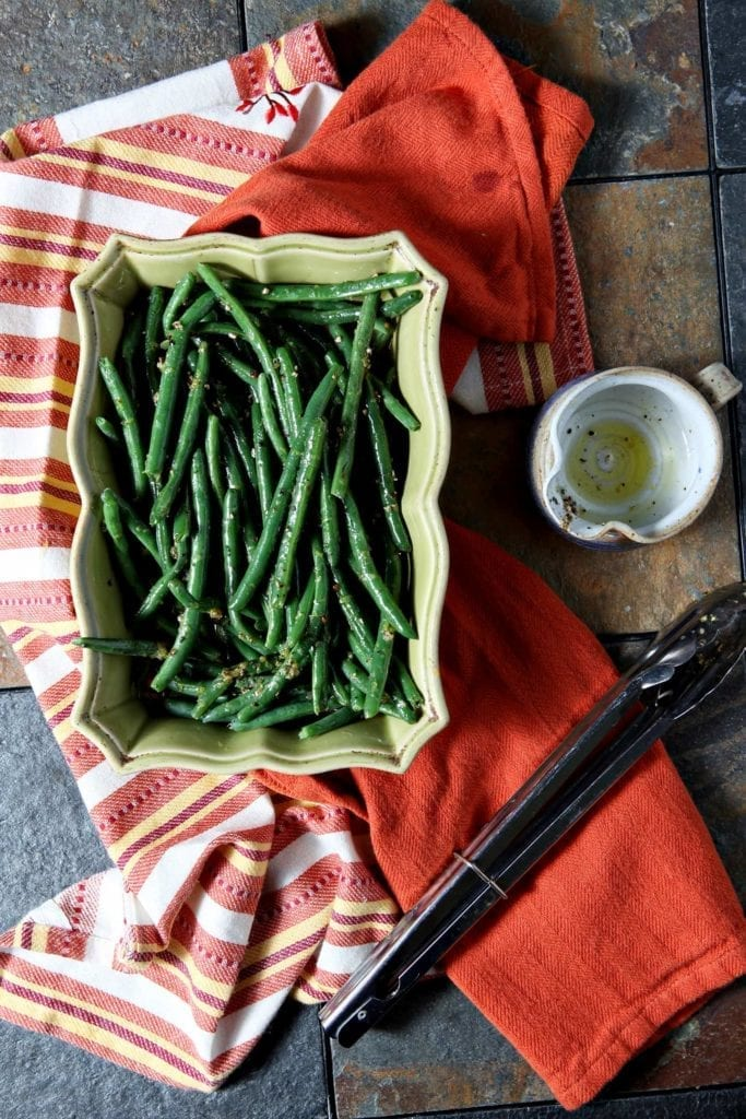 Lemon Pepper Green Beans are a quick, easy and utterly delicious side dish for Thanksgiving dinner. Steamed green beans are tossed in a tart lemon vinaigrette, then seasoned with copious amounts of pepper before serving. #Thanksgiving #Blogsgiving2015 #sidedish #greenbeans #vegetarian #vegan