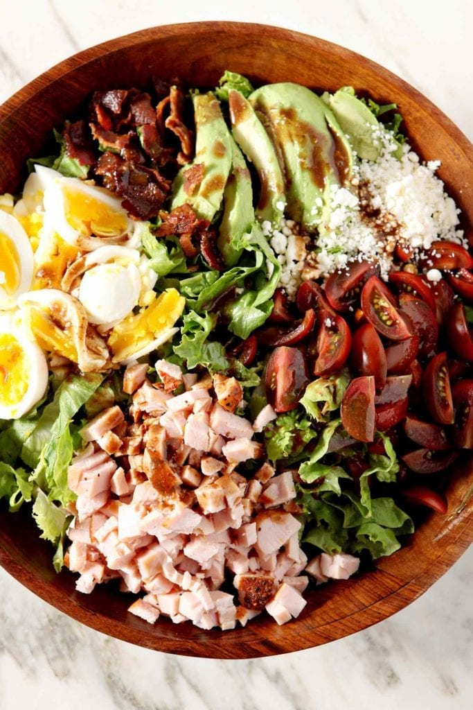 Lunchtime shouldn't be a struggle, and this Cajun Cobb Salad makes a flavorful meal that will carry you through the afternoon! #ad #JennieO #SwitchCircle
